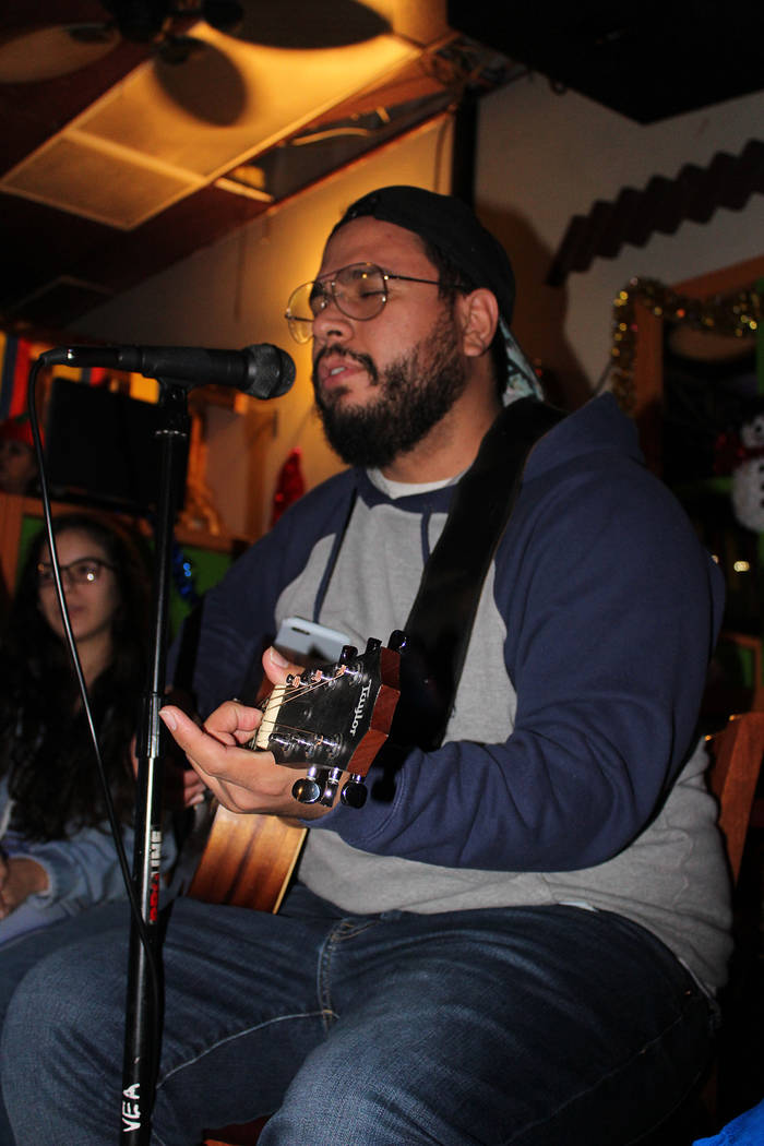William Perdomo, músico colombiano residente en Las Vegas, cantó los villancicos las 7 noches. Martes 18 de diciembre del 2018 en restaurante Oiga Mire Vea. Foto Cristian De la Rosa / El Tiempo ...