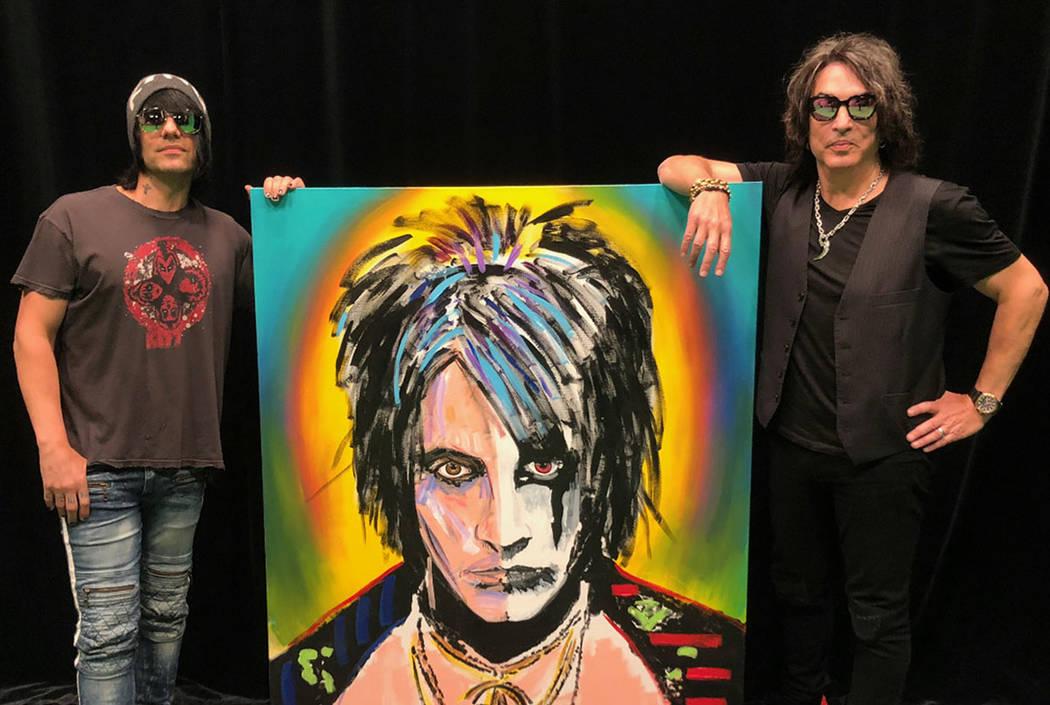 """Criss Angel y Paul Stanley se muestran con el cuadro """"Split Face"""" que Stanley creó y donó a Angel para exhibirlo en su nuevo teatro en Planet Hollywood. (Criss Angel)"""