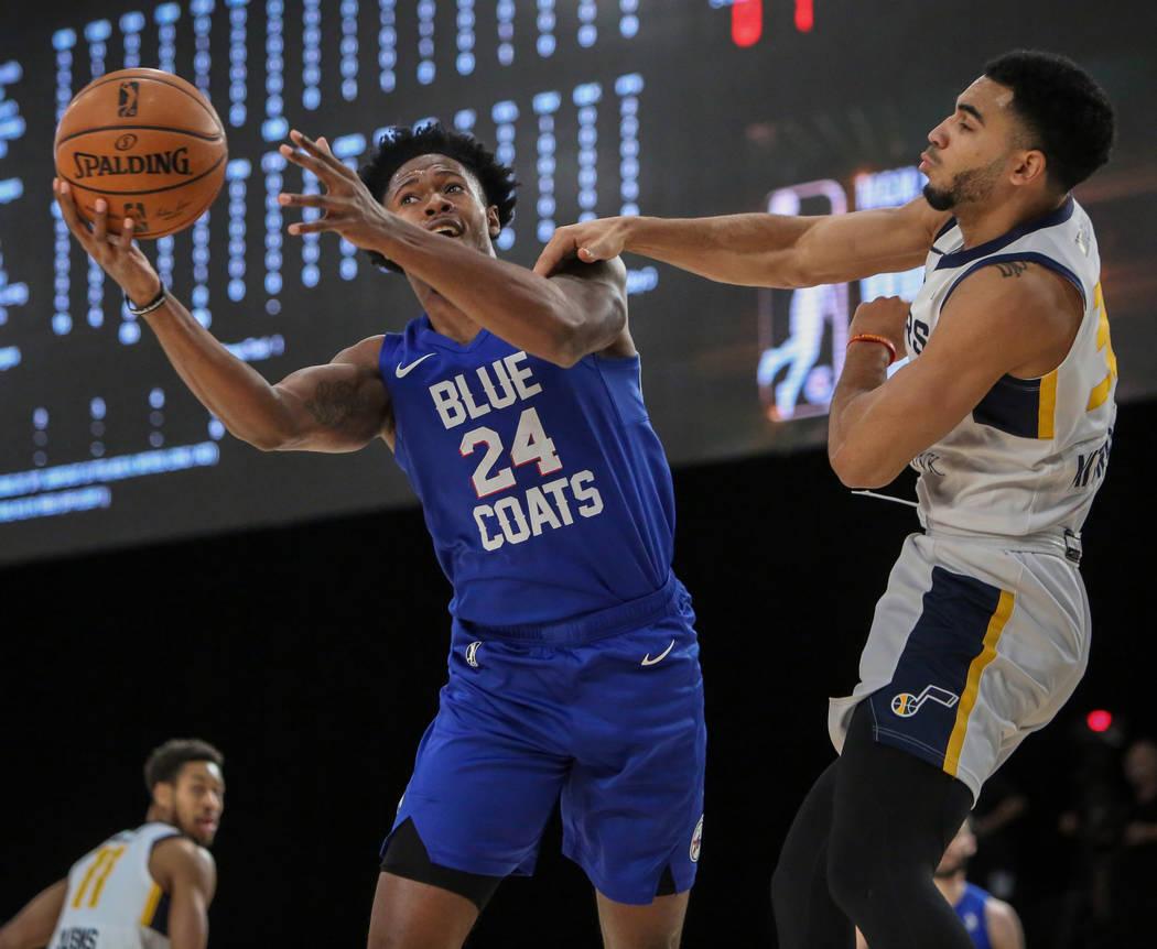 Haywood Highsmith (24) de Delaware Blue Coats alcanza la pelota bajo la presión de Naz Mitrou-Long (30) de Salt Lake City Stars durante la primera mitad de un partido de baloncesto de la NBA G Le ...