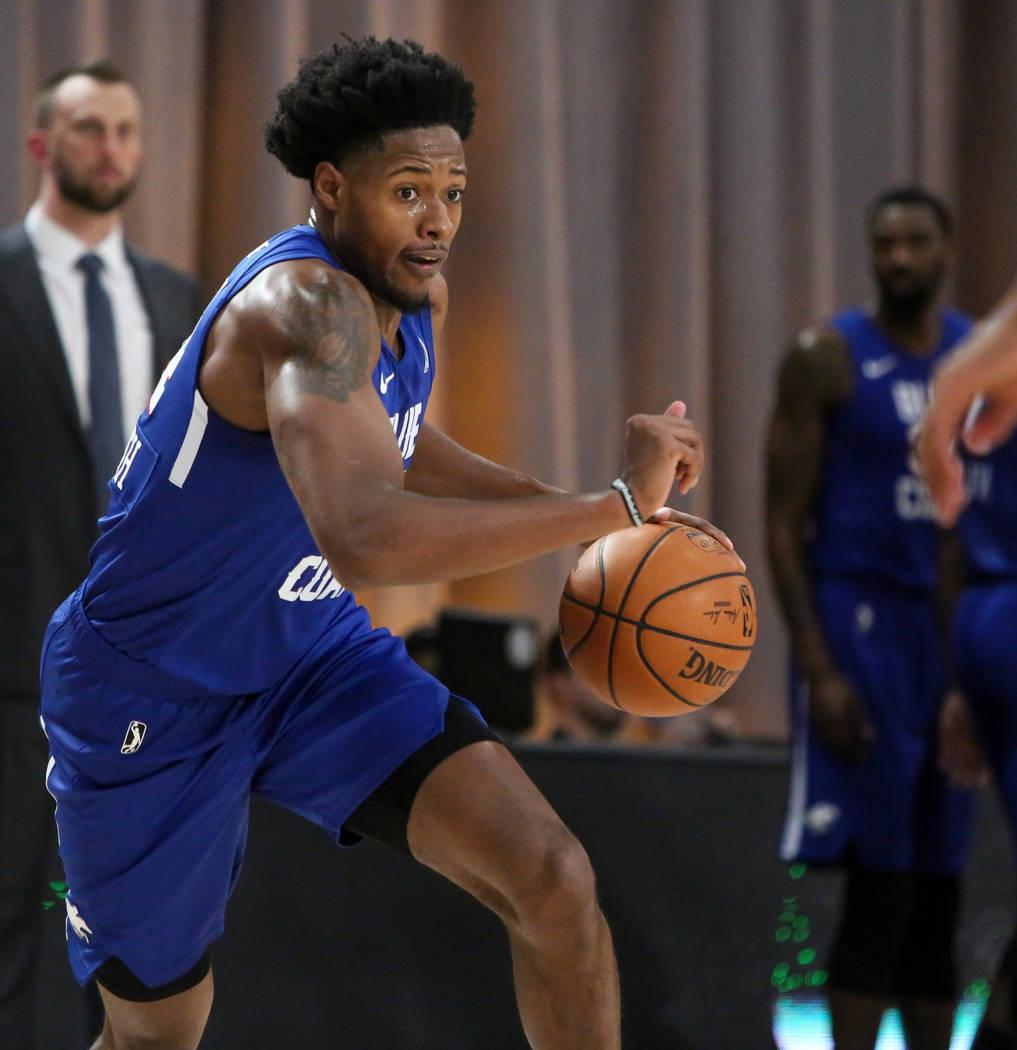 Haywood Highsmith (24) de los Delaware Blue Coats finta en la cancha con el balón en su juego contra los Salt Lake City Stars en la primera mitad de un partido de baloncesto de la NBA G League Wi ...