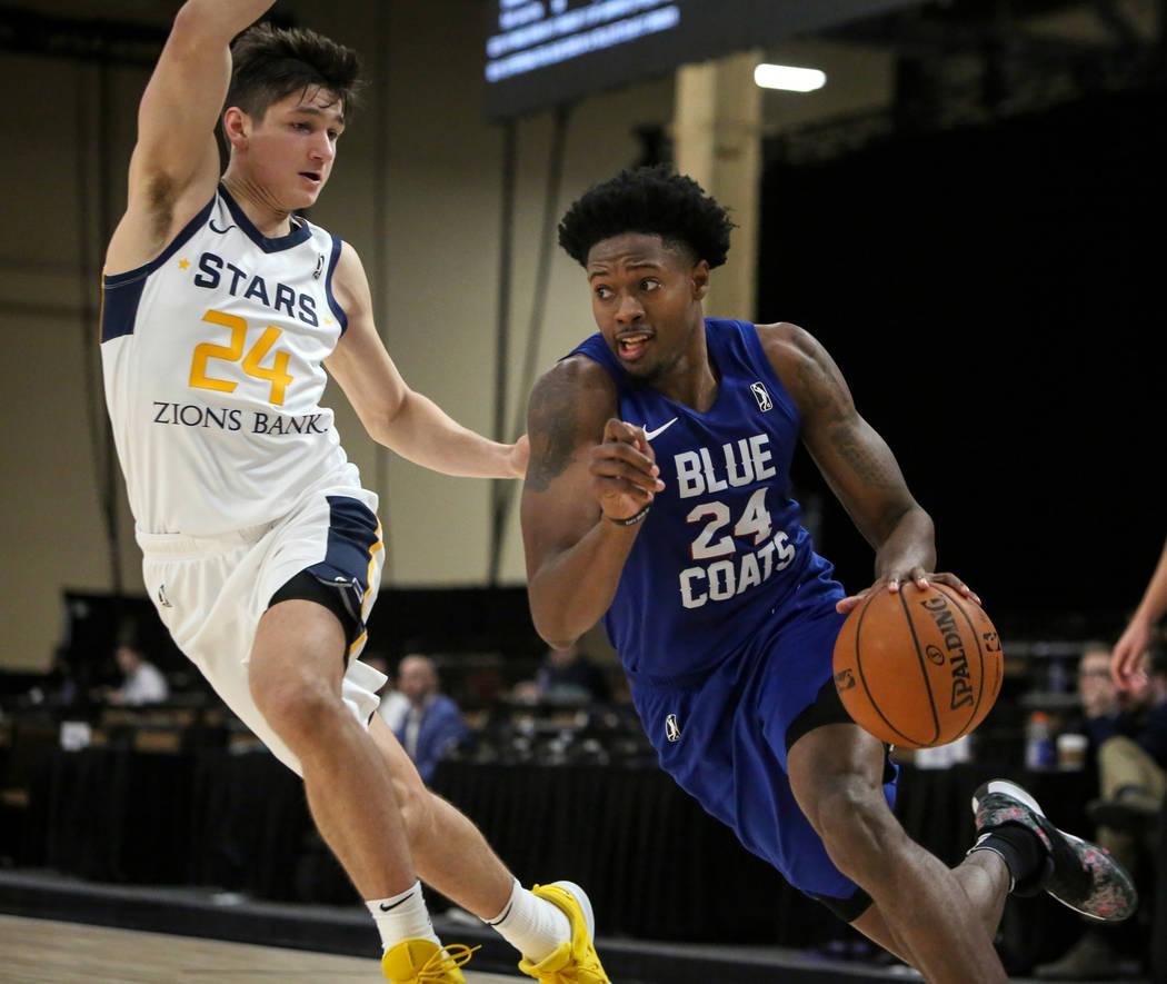 Haywood Highsmith (24) de los Delaware Blue Coats pasa a Grayson Allen (24) de Salt Lake City Stars durante la primera mitad de un partido de baloncesto de la NBA G League Winter Showcase en el Ma ...