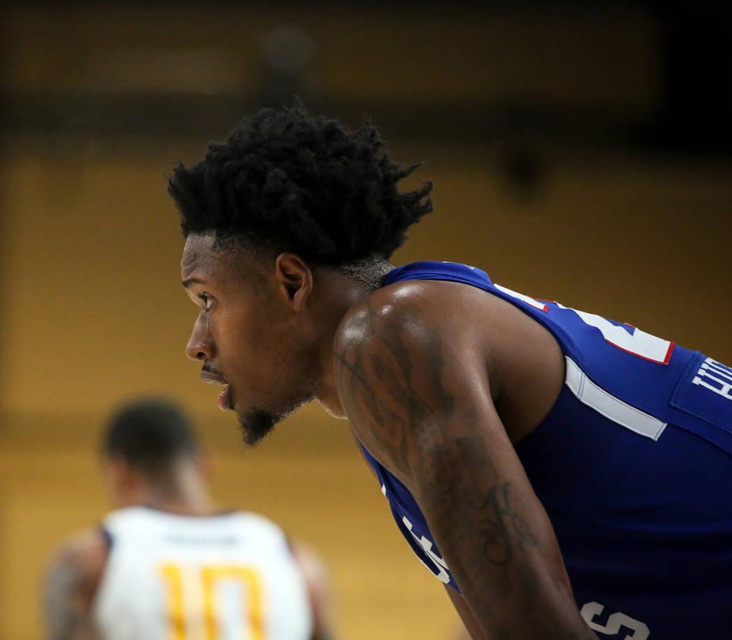 Haywood Highsmith (24) de los Delaware Blue Coats espera en el lateral durante un tiro libre en su juego contra las estrellas de Salt Lake City en la primera mitad de un partido de baloncesto de l ...