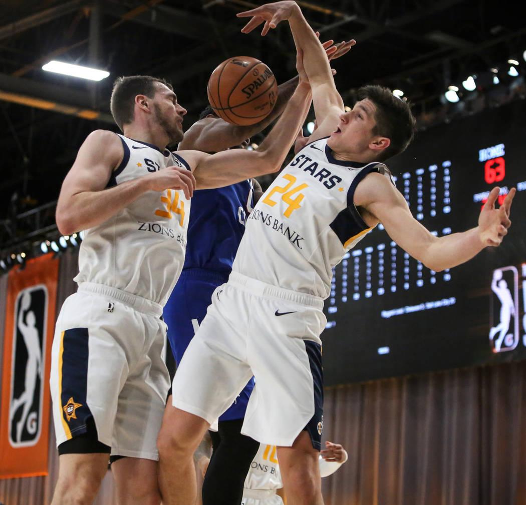 Tyler Cavanaugh (34) de los Salt Lake City Stars, a la izquierda, Cameron Oliver (0) de los Delaware Blue Coats y Grayson Allen (24) de Salt Lake City Stars se enfrentan durante la segunda mitad d ...