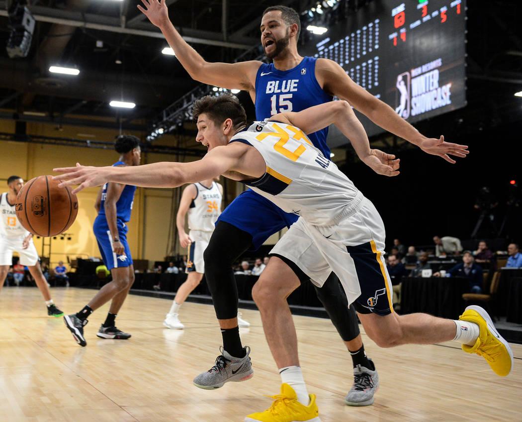 Grayson Allen (24) de los Salt Lake City Stars alcanza la pelota mientras estaba bajo la presión de Ryan Anderson (15) de los Delaware Blue Coats durante la segunda mitad de un partido de balonce ...