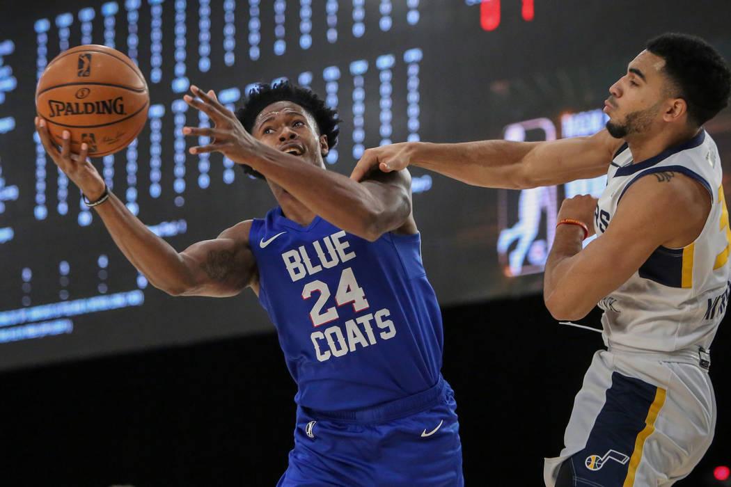 Haywood Highsmith (24) de los Delaware Blue Coats alcanza la pelota bajo la presión de Naz Mitrou-Long (30) de los Salt Lake City Stars durante la primera mitad de un partido de baloncesto de la ...