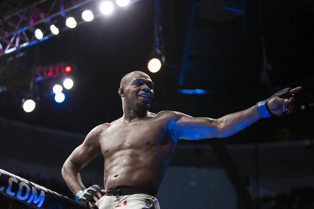 Jon Jones celebra su victoria contra Daniel Cormier en la pelea por el título de peso semipesado durante UFC 214 en el Honda Center en Anaheim, California, el sábado 29 de julio de 2017. Erik Ve ...