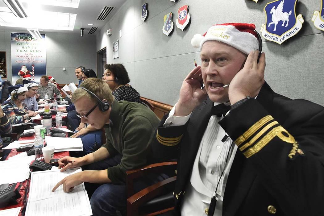 ARCHIVO - En esta foto de archivo del 24 de diciembre de 2017, el teniente mayor canadiense Chris Hache, recibe una llamada mientras trabaja como voluntario en el centro de NORAD Tracks Santa en l ...
