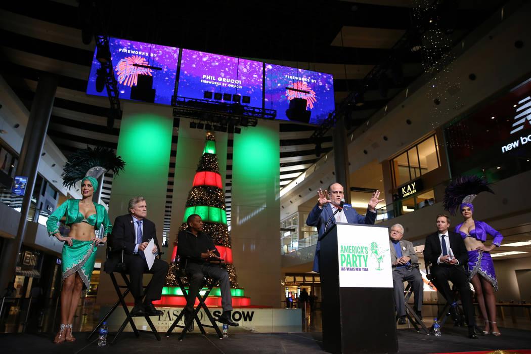El Presidente, CEO y Director Creativo de Fireworks by Grucci, Phil Grucci, habla durante la conferencia de prensa de Las Vegas Convention and Visitors Authority en el Fashion Show Mall en Las Veg ...