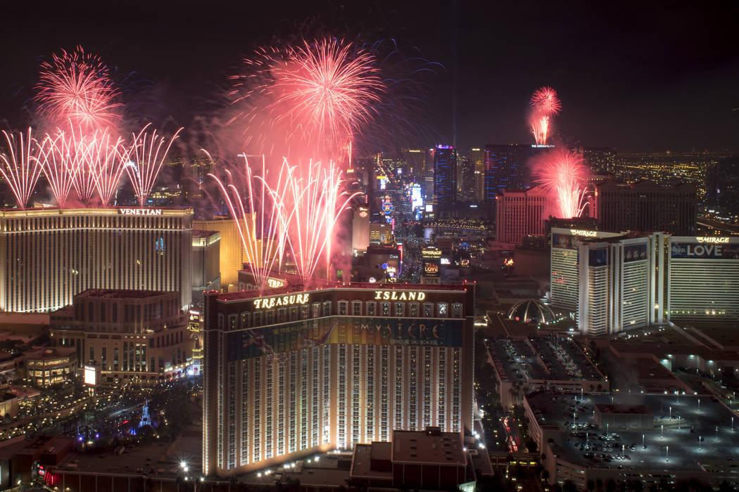 Al sonar la medianoche en la víspera de Año Nuevo, los fuegos artificiales estallarán sobre el Strip de Las Vegas en esta vista que mira hacia el sur desde la azotea del Trump International Hot ...