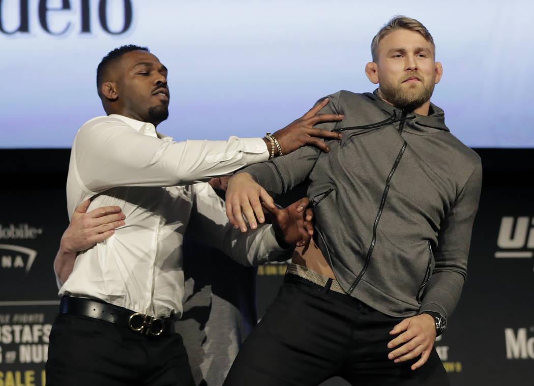 En esta foto de archivo del 2 de noviembre de 2018, Jon Jones, a la izquierda, empuja a Alexander Gustafsson durante una conferencia de prensa sobre su pelea de peso semipesado en el Madison Squar ...