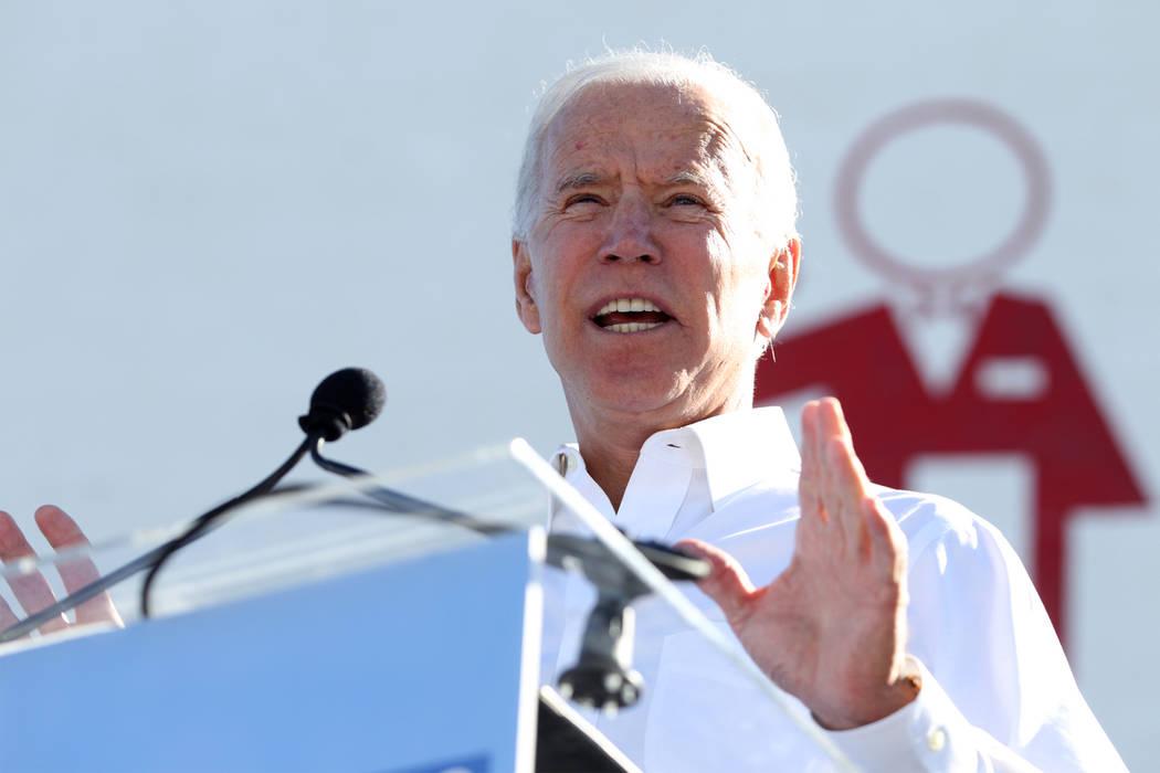 El ex vicepresidente Joe Biden se reúne con la multitud durante un mitin del Partido Demócrata Estatal de Nevada para promover la votación en la sede local 226 del Sindicato de Trabajadores Cul ...