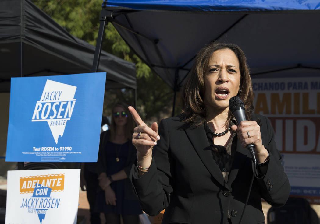 La senadora estadounidense Kamala Harris, demócrata de California, habla durante una manifestación organizada por el Partido Demócrata del Estado de Nevada en la UNLV el viernes 2 de noviembre ...
