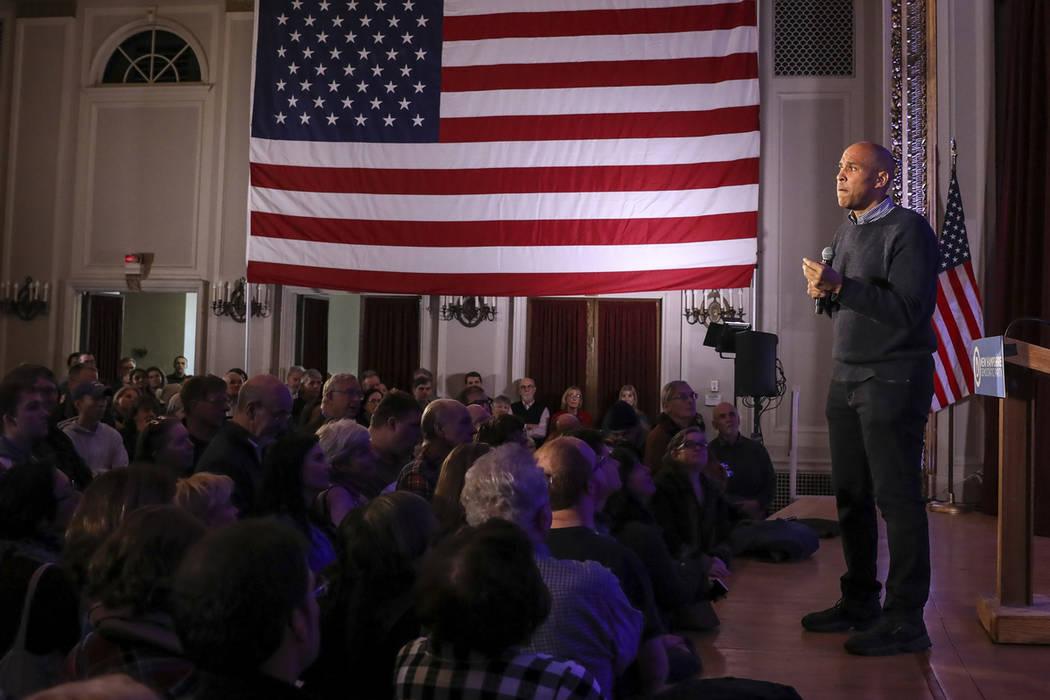El senador estadounidense Cory Booker, D-N.J., hace una pausa mientras comparte una historia personal cuando habla en una celebración de la victoria electoral posterior al mediodía en Manchester ...