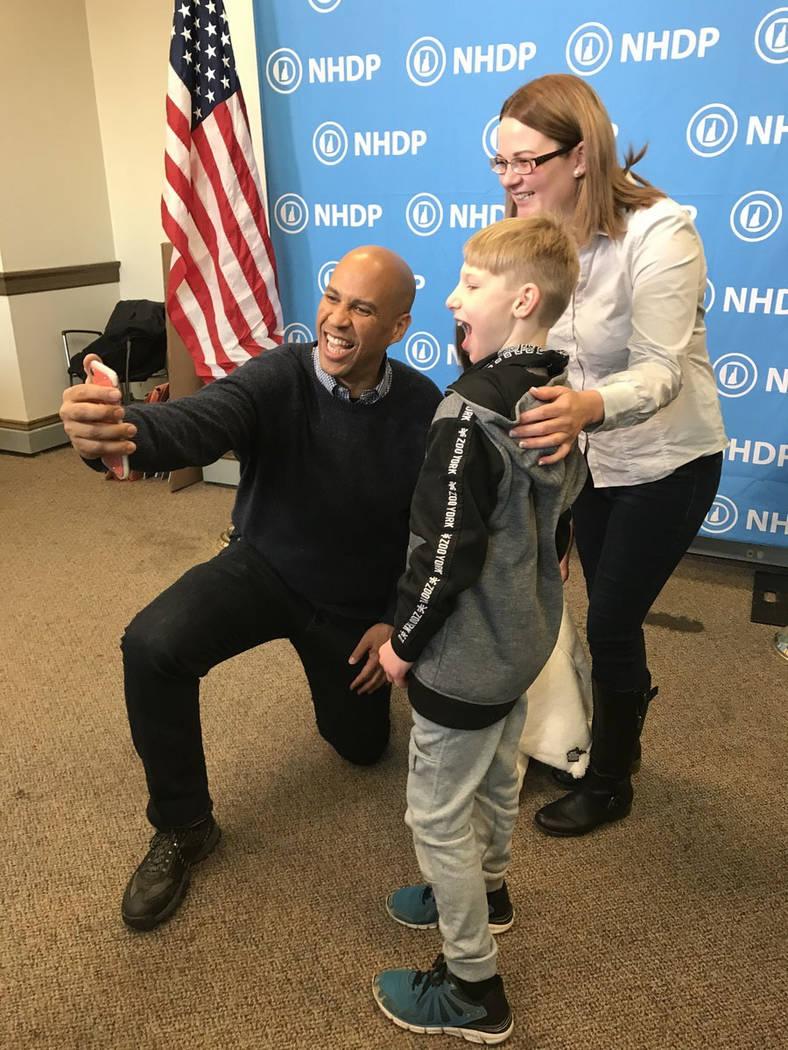 Sen. Cory Booker, D-N.J. tomó tiempo para tomarse selfies con los demócratas de New Hampshire, el sábado 8 de diciembre de 2018, durante una celebración que encabezó. Booker fue el único dem ...