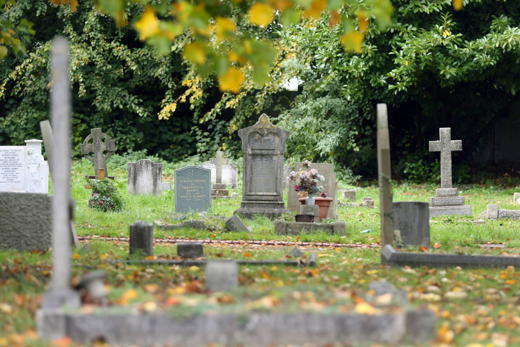 El cementerio de St. Mary Cray, originalmente tierra abierta que sirvió como el primer campo en el que se jugó el club de fútbol Cray Wanderers, en Londres, Inglaterra, el viernes 12 de octubre ...