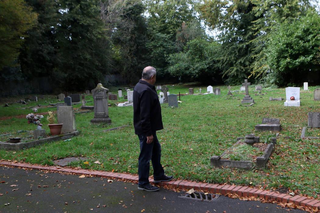 El historiador de Cray Wanderers Richard Bowdery en el cementerio de St. Mary Cray, que solía ser un campo abierto en el que jugó el equipo, en Londres, Inglaterra, el viernes 12 de octubre de 2 ...