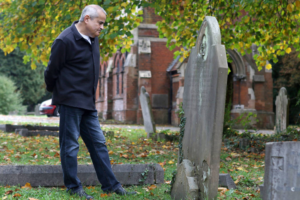 El historiador de Cray Wanderers Richard Bowdery en el cementerio de St. Mary Cray, que fue el primer campo en el que jugó Cray Wanderers, en Londres, Inglaterra, el viernes 12 de octubre de 2018 ...