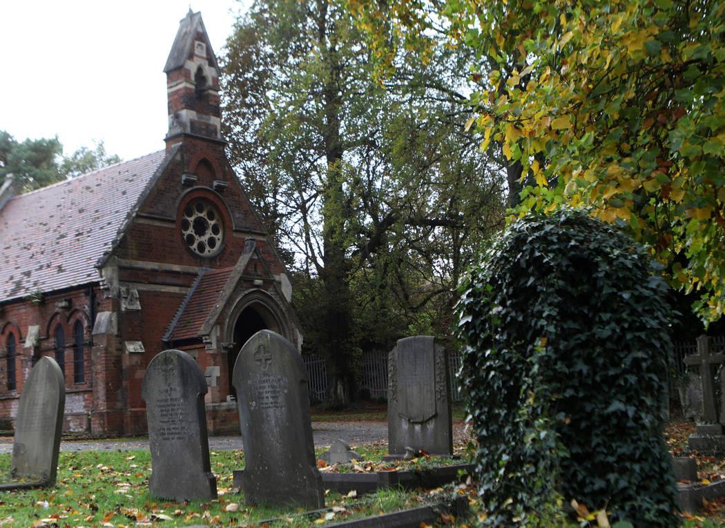 La capilla del depósito de cadáveres en el cementerio de St Mary Cray, que solía ser el terreno de juego en el que los Cray Wanderers jugaban, en Londres, Inglaterra, el viernes 12 de octubre d ...