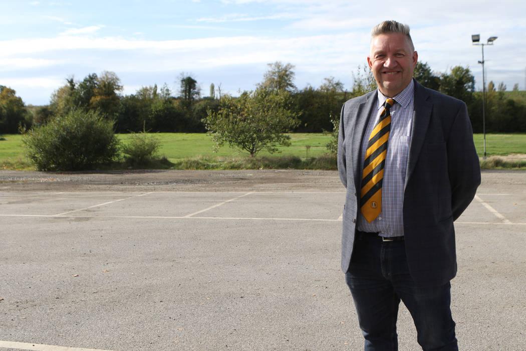 El presidente de Cray Wanderers, Gary Hillman, se encuentra en un lugar que podría ser el futuro hogar de su club de fútbol en Londres, Inglaterra, el viernes 12 de octubre de 2018. Heidi Fang L ...