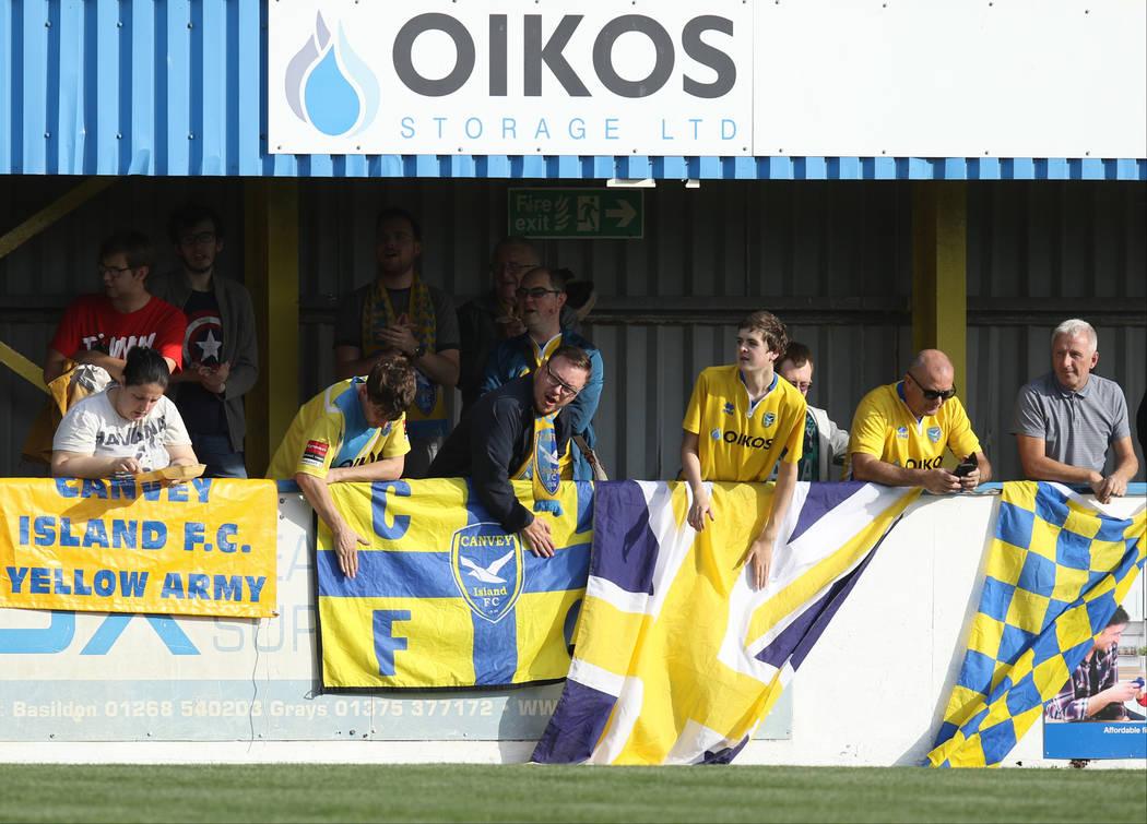 Los fans apodados el 'Ejército Amarillo' apoyan a los Gulls de Canvey Island contra los Cray Wanderers en Canvey Island, Essex, Inglaterra, sábado 13 de octubre de 2018. Heidi Fang Las Vegas Rev ...