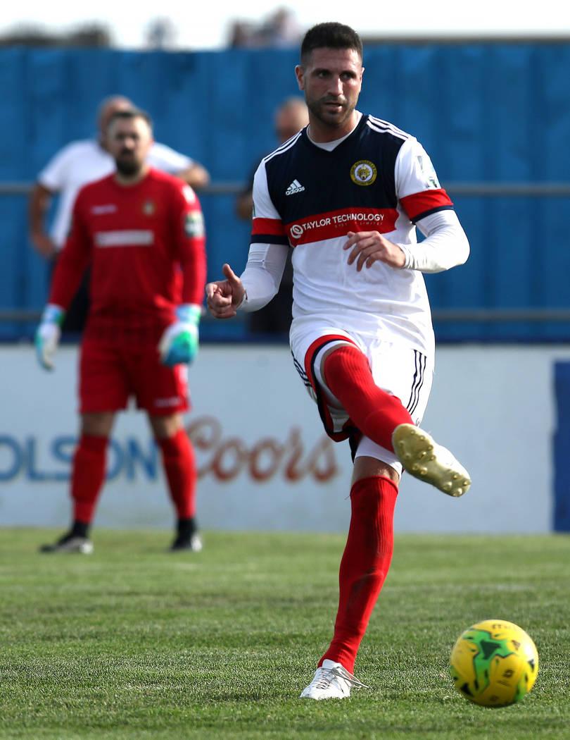 Cray Wanderers, defensor Jay Leader (4) patea el balón de fútbol contra los Canvey Island Gulls en Canvey Island, Essex, Inglaterra, sábado 13 de octubre de 2018. Heidi Fang Las Vegas Review-Jo ...