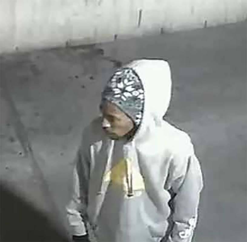 La imagen del video de seguridad muestra a un sospechoso en un robo en una tienda de conveniencia del centro de Las Vegas la semana pasada. (Departamento de Policía Metropolitana de Las Vegas)