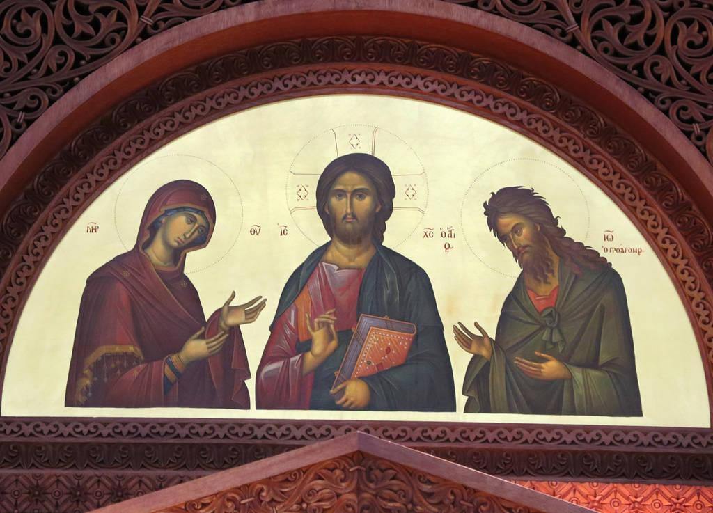 Los iconos de Jesucristo, centro, María, izquierda y Juan Bautista se ven en el altar de la iglesia ortodoxa griega de San Juan Bautista el viernes 14 de diciembre de 2018, en Las Vegas. Bizuayeh ...