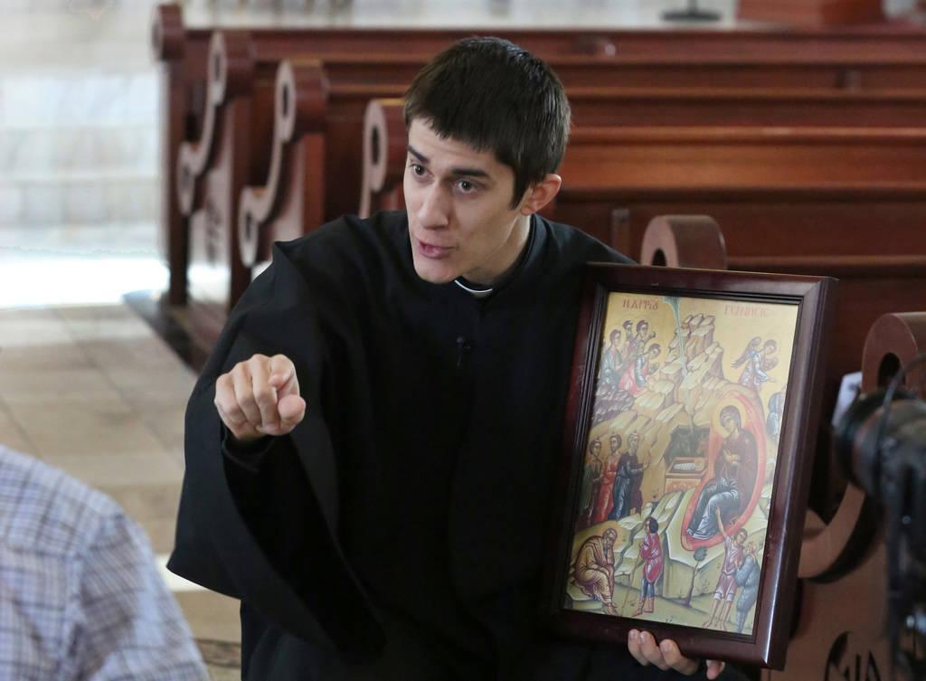El Reverendo Padre Seraphim Ramos tiene el ícono del Nacimiento de Jesucristo durante una entrevista con el Las Vegas Review-Journal en la iglesia ortodoxa griega de San Juan Bautista el viernes ...