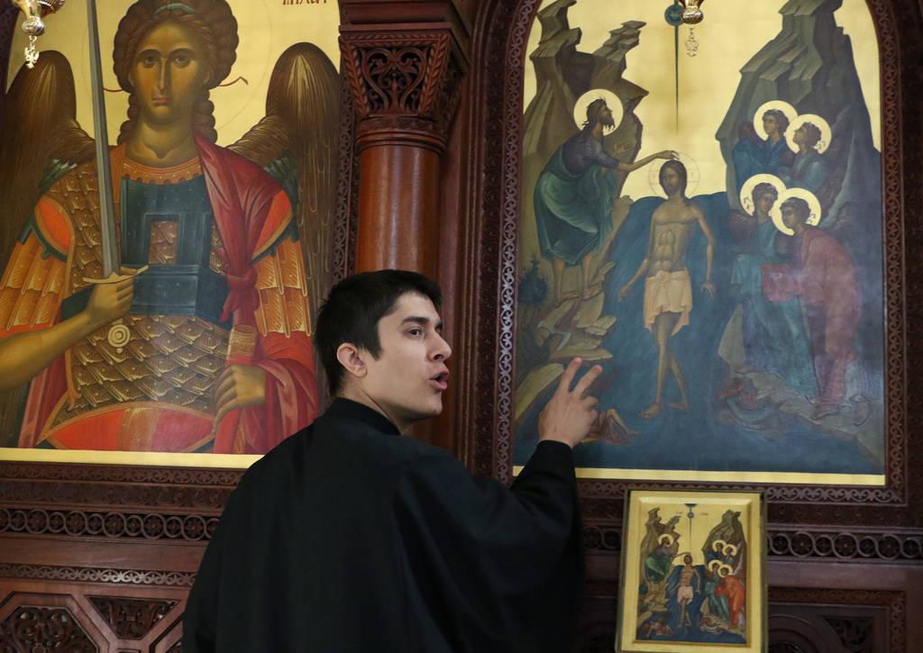 El Reverendo Padre Seraphim Ramos sostiene el ícono del Nacimiento de Jesucristo durante una entrevista con el Las Vegas Review-Journal en la iglesia ortodoxa griega de San Juan Bautista el viern ...