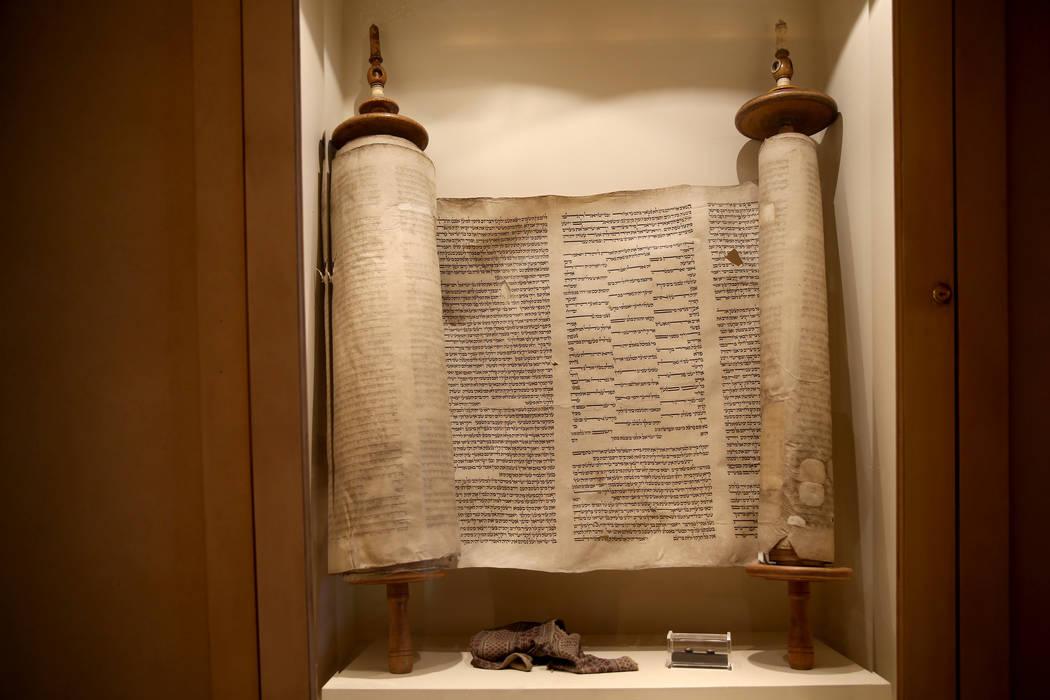La Torá del Holocausto en el Templo Beth Sholom en Las Vegas el viernes 14 de diciembre de 2018. K.M. Cannon Las Vegas Review-Journal @KMCannonPhoto