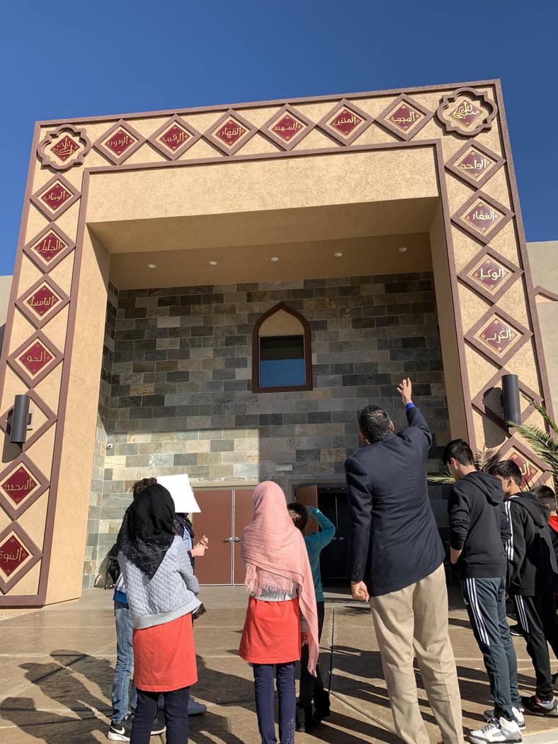 Shamsuddin Waheed, imam y director del Centro Islámico Masjid Ibrahim, enseña a los estudiantes de la Escuela Dominical sobre paneles que presentan algunos de los 99 Nombres de Alá que rodean l ...