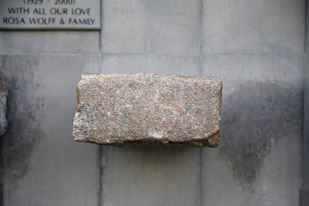 Una piedra de una de las calles del ghetto de Varsovia en el Jardín de la Memoria del Ghetto de Varsovia en el Templo Beth Sholom en Las Vegas el viernes 14 de diciembre de 2018. K.M. Cannon Las ...