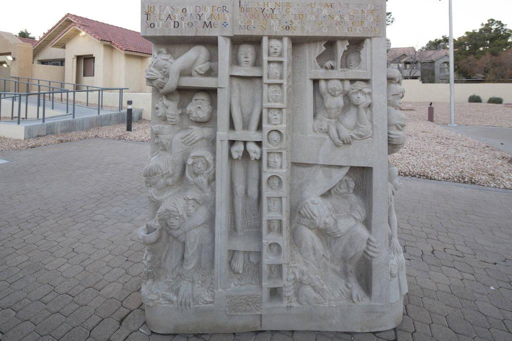 Tres esculturas de piedra caliza talladas a mano por el artista Joe O'Connell fuera de la Iglesia Católica de Cristo Rey, ubicada en 4925 S. Torrey Pines Drive en Las Vegas el miércoles 12 de di ...