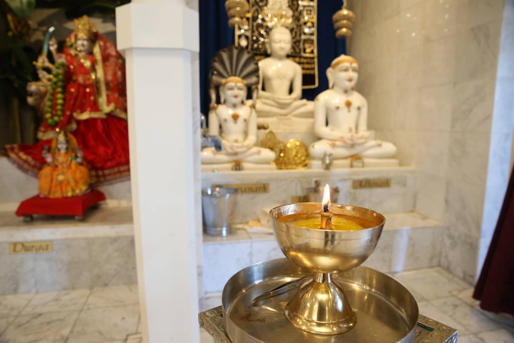 Una vela arde dentro del Templo Hindú de Las Vegas en Las Vegas, jueves 13 de diciembre de 2018. Erik Verduzco Las Vegas Review-Journal @Erik_Verduzco