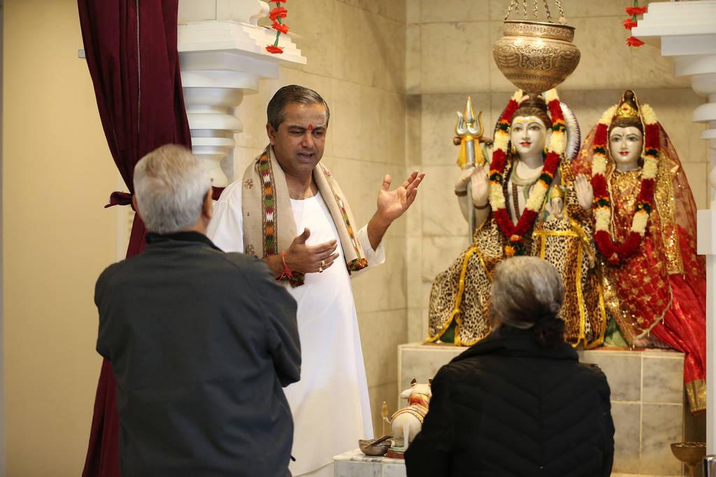 Pandit Brijesh Raval habla con los visitantes en el Templo Hindú de Las Vegas en Las Vegas, el jueves 13 de diciembre de 2018. Erik Verduzco Las Vegas Review-Journal @Erik_Verduzco