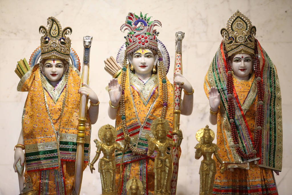 Estatua de las deidades Lakshman, de izquierda a derecha, Ram y Sita, en el Templo Hindú de Las Vegas en Las Vegas, el jueves 13 de diciembre de 2018. Erik Verduzco Las Vegas Review-Journal @Erik ...