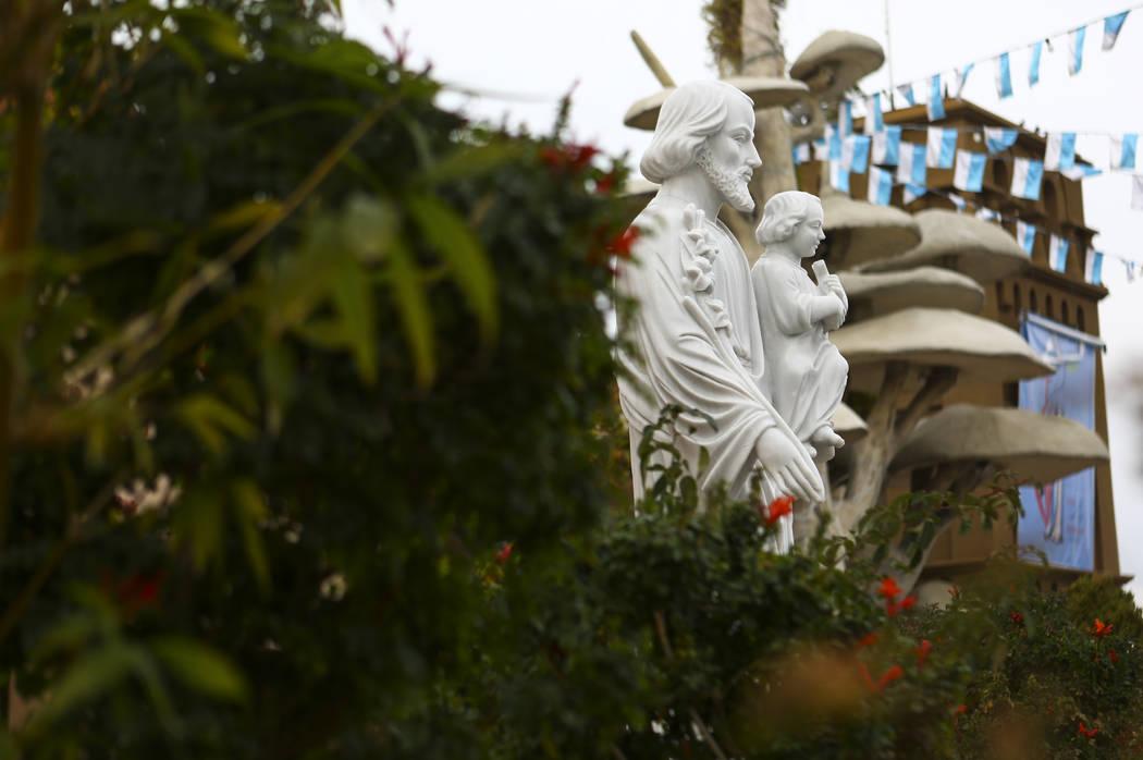 Una estatua de Kinh Cau Thanh Giuse, o San José con Jesús, en el Santuario de Nuestra Señora de La Vang, una iglesia católica vietnamita, en Las Vegas el viernes 14 de diciembre de 2018. Chase ...