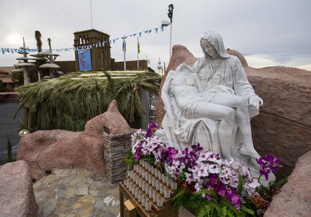 Una réplica de la estatua de la Piedad de la Virgen María en el Santuario de Nuestra Señora de La Vang, una iglesia católica vietnamita, en Las Vegas el viernes 14 de diciembre de 2018. Chase ...