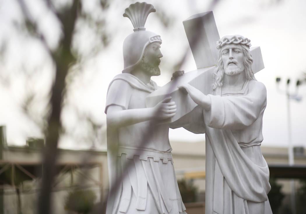 Una estatua de mostrar a Jesús cargando su cruz en el Santuario de Nuestra Señora de La Vang, una iglesia católica vietnamita, en Las Vegas el viernes 14 de diciembre de 2018. Chase Stevens Las ...