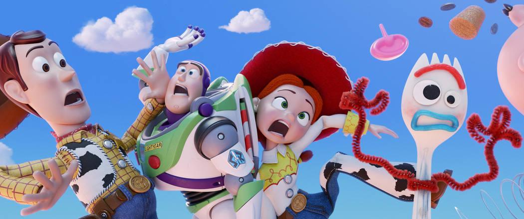¿JUGUETE NUEVO? - El alguacil vaquero favorito de todos, Woody, junto con sus mejores amigos Buzz Lightyear y Jessie, están felices de cuidar a su niña, Bonnie, hasta que un nuevo juguete llama ...