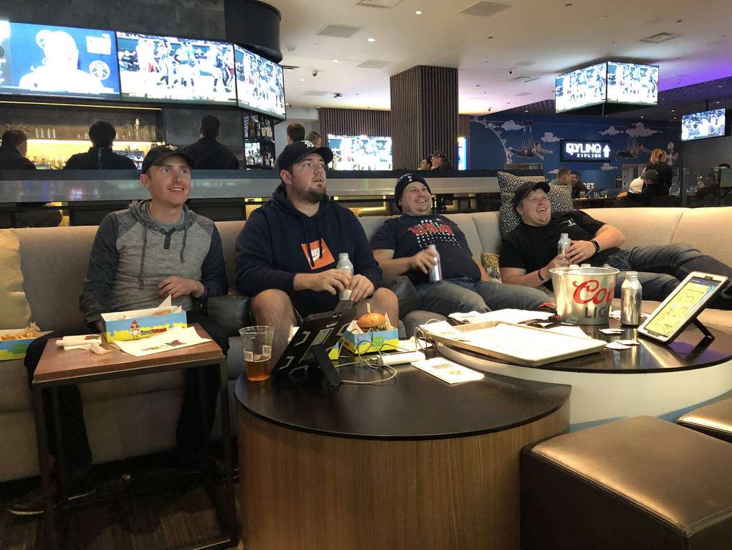 Dan Savel (izquierda), Ryan Stasa, Nick Hollister y Zach Hollister viendo el fútbol del lunes por la noche en el Fan Cage en The LINQ en Las Vegas el lunes 3 de diciembre de 2018. (Todd Prince / ...