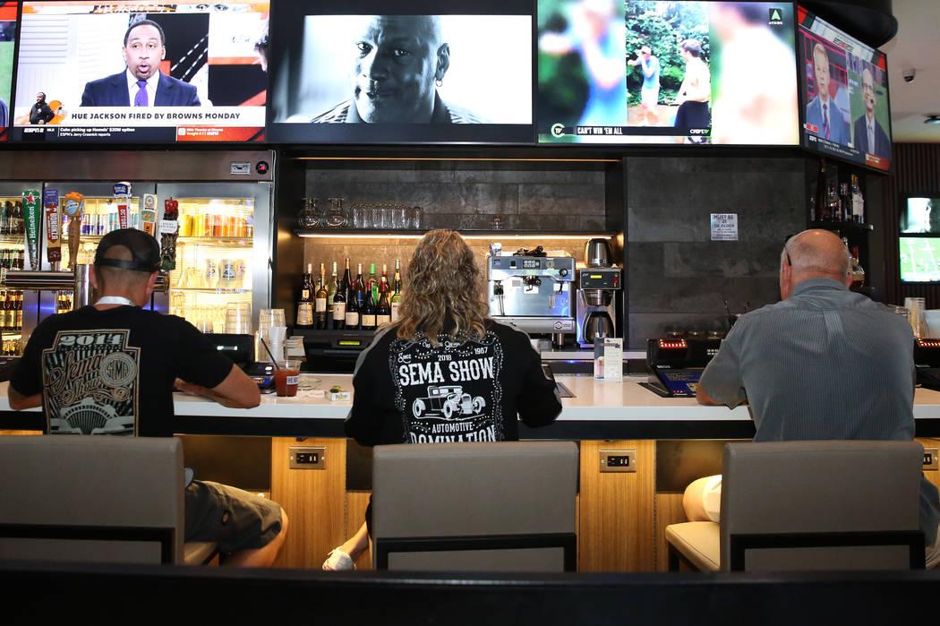 Los clientes disfrutan de sus bebidas en la sala de juegos del LINQ fotografiada el viernes 2 de noviembre de 2018, en Las Vegas. (Bizuayehu Tesfaye / Las Vegas Review-Journal) @bizutesfaye