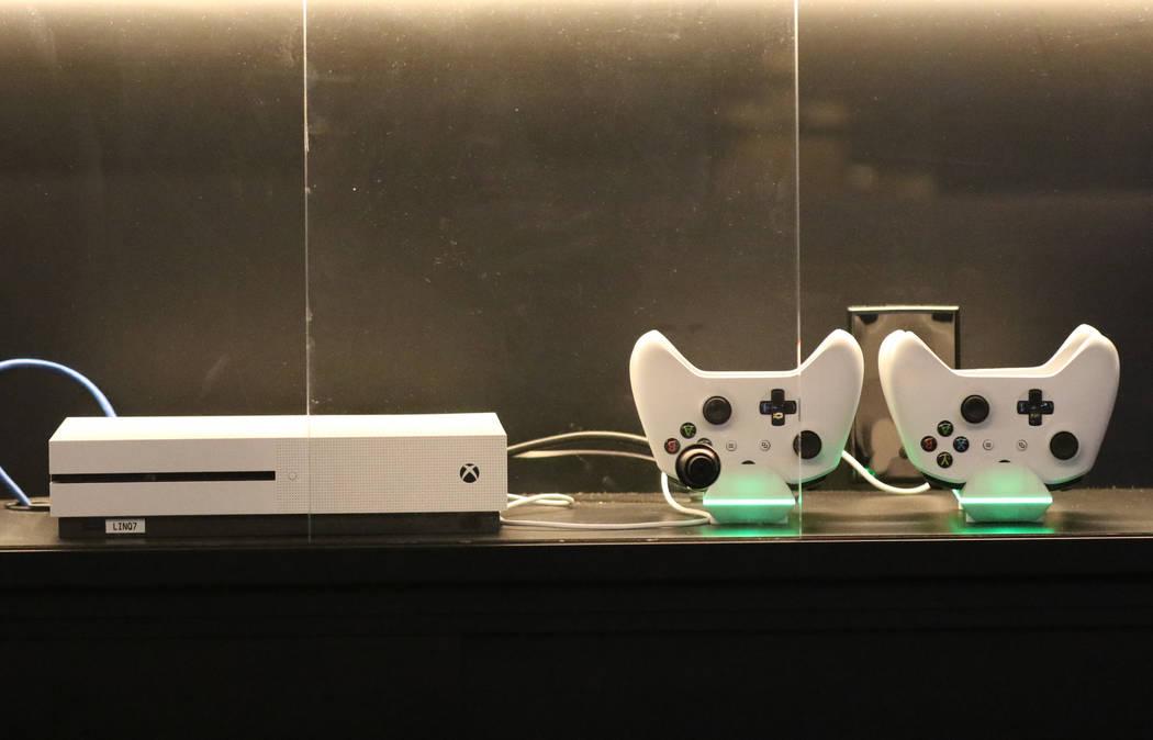 La consola Xbox one se muestra en la sala de juegos de LINQ el viernes 2 de noviembre de 2018, en Las Vegas. (Bizuayehu Tesfaye / Las Vegas Review-Journal) @bizutesfaye