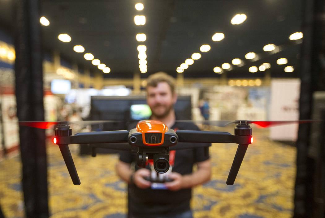 Andrew St. Pierre, de Autel Robotics, demuestra el drone de cámara Evo durante la tercera exposición anual de UAV comercial en Westgate en Las Vegas el miércoles 3 de octubre de 2018. Richard B ...