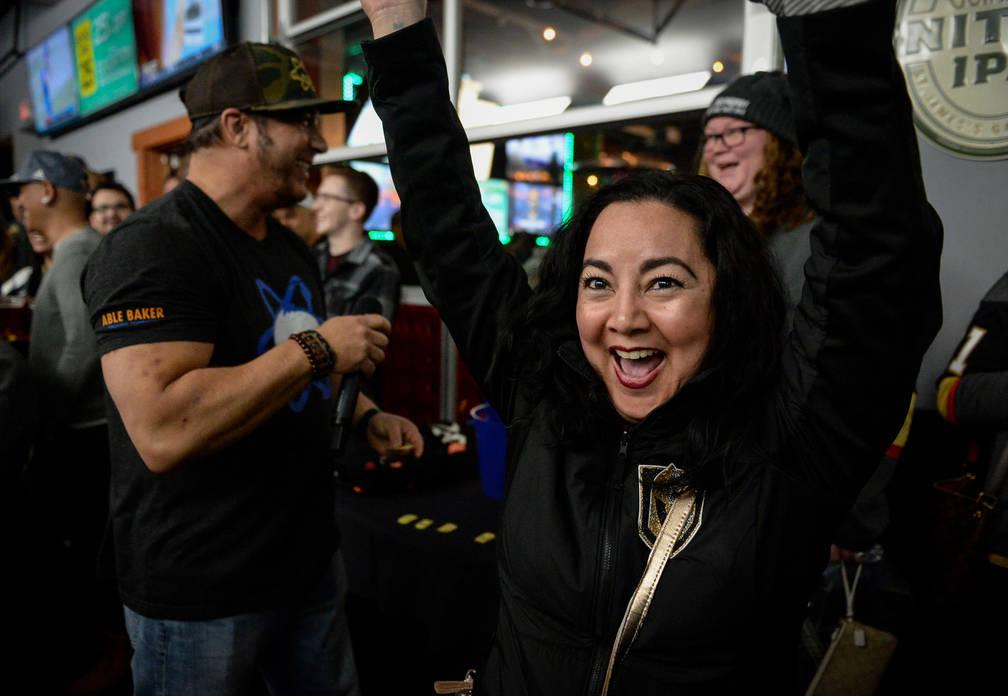 Erica Pangborn saluda después de ganar una camiseta de 7Five Brewing Company durante una rifa en una fiesta por el lanzamiento de la nueva cerveza de Ryan Reaves, Training Day, en PKWY Tavern Fla ...