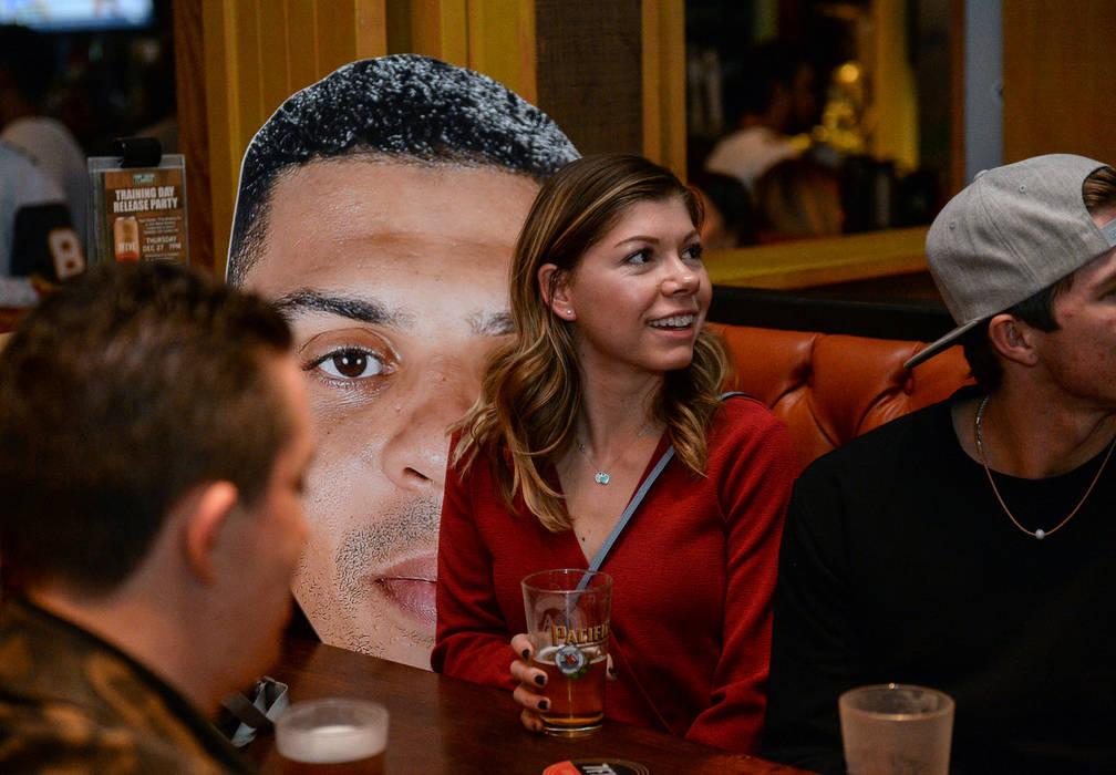 Cheyenne Cook se sienta junto a un recorte de Ryan Reaves en una fiesta por el lanzamiento de la nueva cerveza de Reaves, Training Day, en PKWY Tavern Flamingo en Las Vegas, el jueves 27 de diciem ...