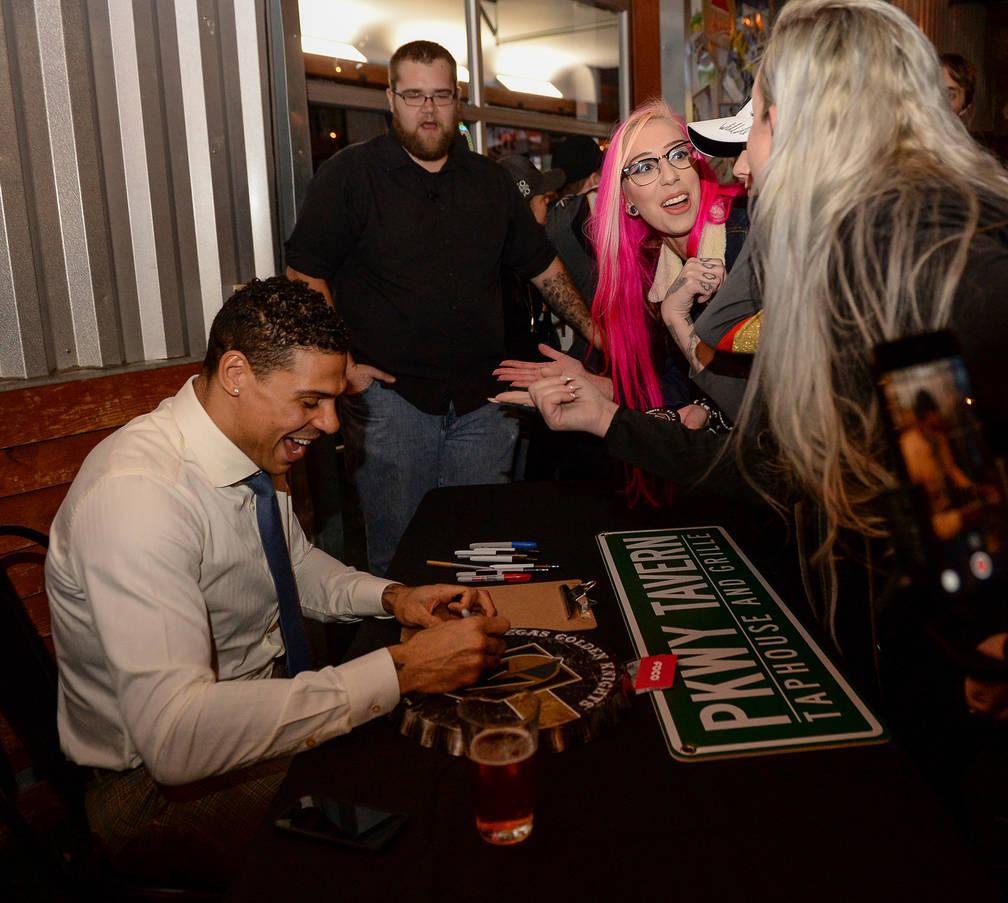Ryan Reaves, jugador de los Golden Knights, firma recuerdos de los fanáticos en una fiesta por el lanzamiento de la nueva cerveza de Ryan Reaves, Training Day, en PKWY Tavern Flamingo en Las Vega ...