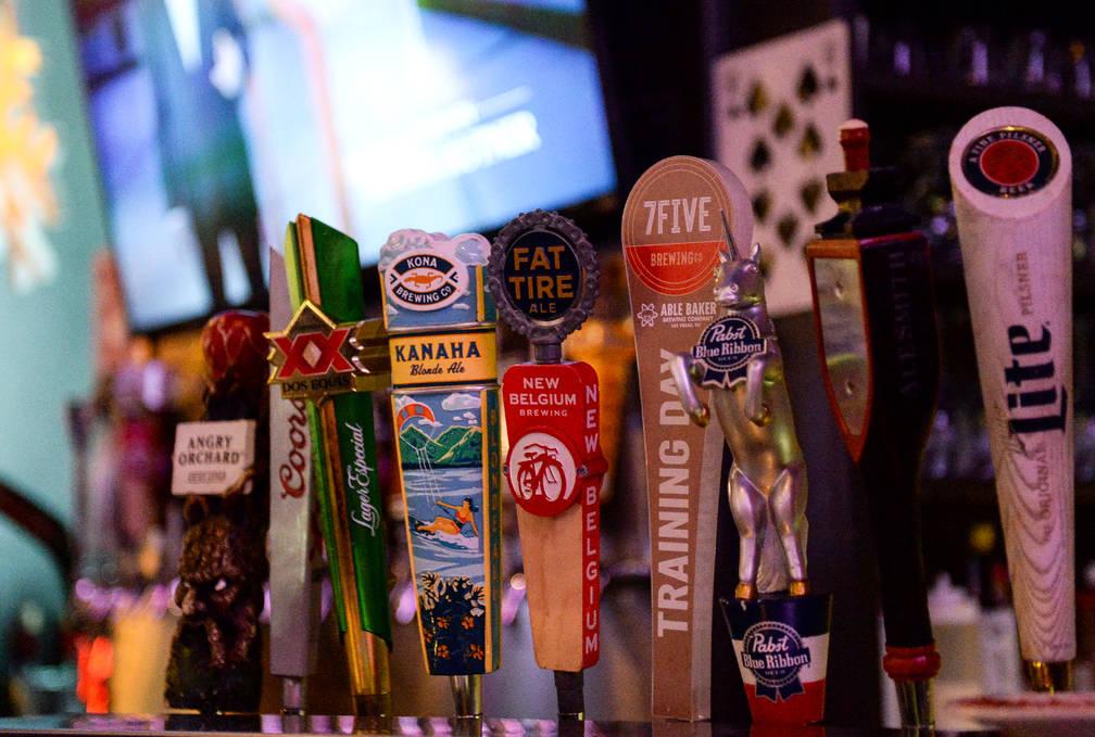 El controlador de cerveza para la nueva cerveza de Ryan Reaves, Training Day, se exhibe en la fiesta de lanzamiento de la cerveza en PKWY Tavern Flamingo en Las Vegas, el jueves 27 de diciembre de ...