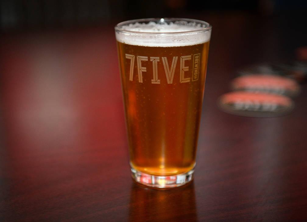 Un vaso de la nueva cerveza de Ryan Reaves, Training Day, en una mesa en una fiesta para el lanzamiento de la cerveza en PKWY Tavern Flamingo en Las Vegas, el jueves 27 de diciembre de 2018. Caro ...