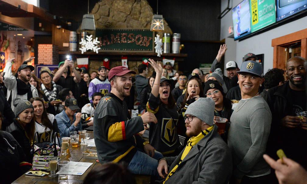 Gente en una fiesta por el lanzamiento de la nueva cerveza de Ryan Reaves, Training Day, aplaude durante un sorteo en PKWY Tavern Flamingo en Las Vegas, el jueves 27 de diciembre de 2018. Caroline ...